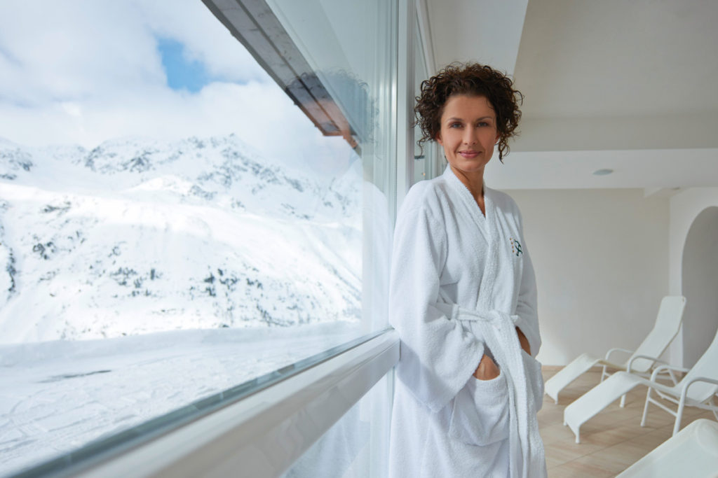 Hotel-Angerer-Alm_Wellness_Frau_Pool_Aussicht
